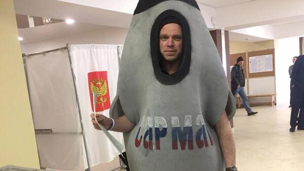 Мужчина в костюме ракеты Сармат на избирательном участке в Ленинградской области