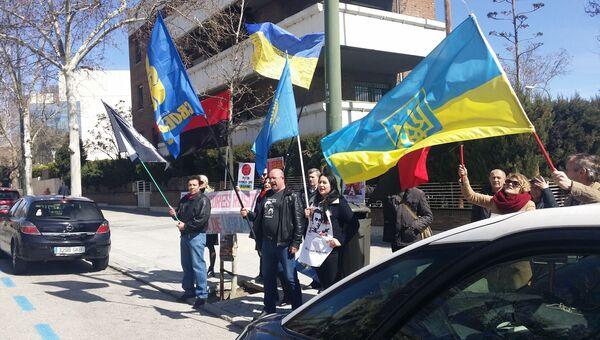 Протест украинцев напротив здания посольства России в Мадриде, где проходит голосование на выборах президента России. 18 марта 2018