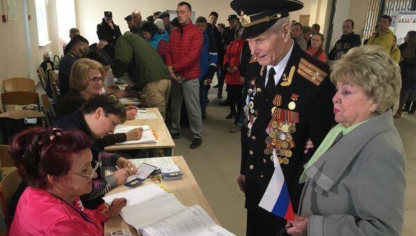 92-летний подполковник в отставке Анатолий Галкин с супругой голосует на выборах президента в Севастополе. 18 марта 2018