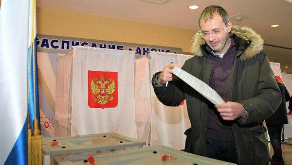 Губернатор Чукотского автономного округа Роман Копин на избирательном участке во время голосования в Чукотском автономном округе. 18 марта 2018