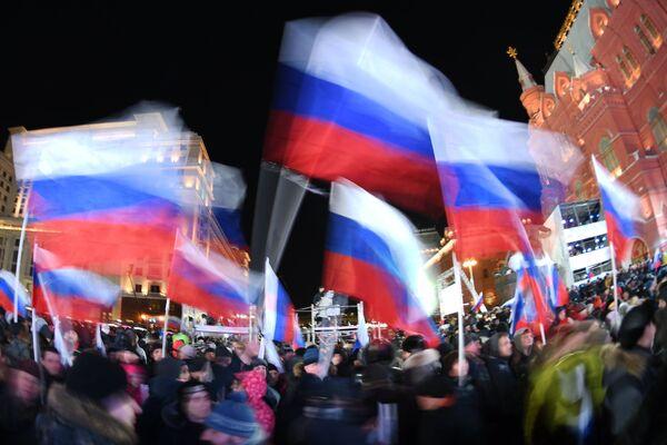 Участники перед началом митинг-концерта на Манежной площади в Москве, посвященного годовщине воссоединения Крыма с Россией. 18 марта 2018