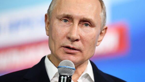 Владимир Путин во время посещения предвыборного штаба