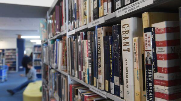 Книги на полках в библиотеке. Архивное фото