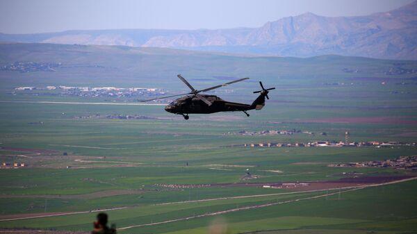 Вертолет международной коалиции, возглавляемой США, в районе границы Сирии и Турции. Архивное фото