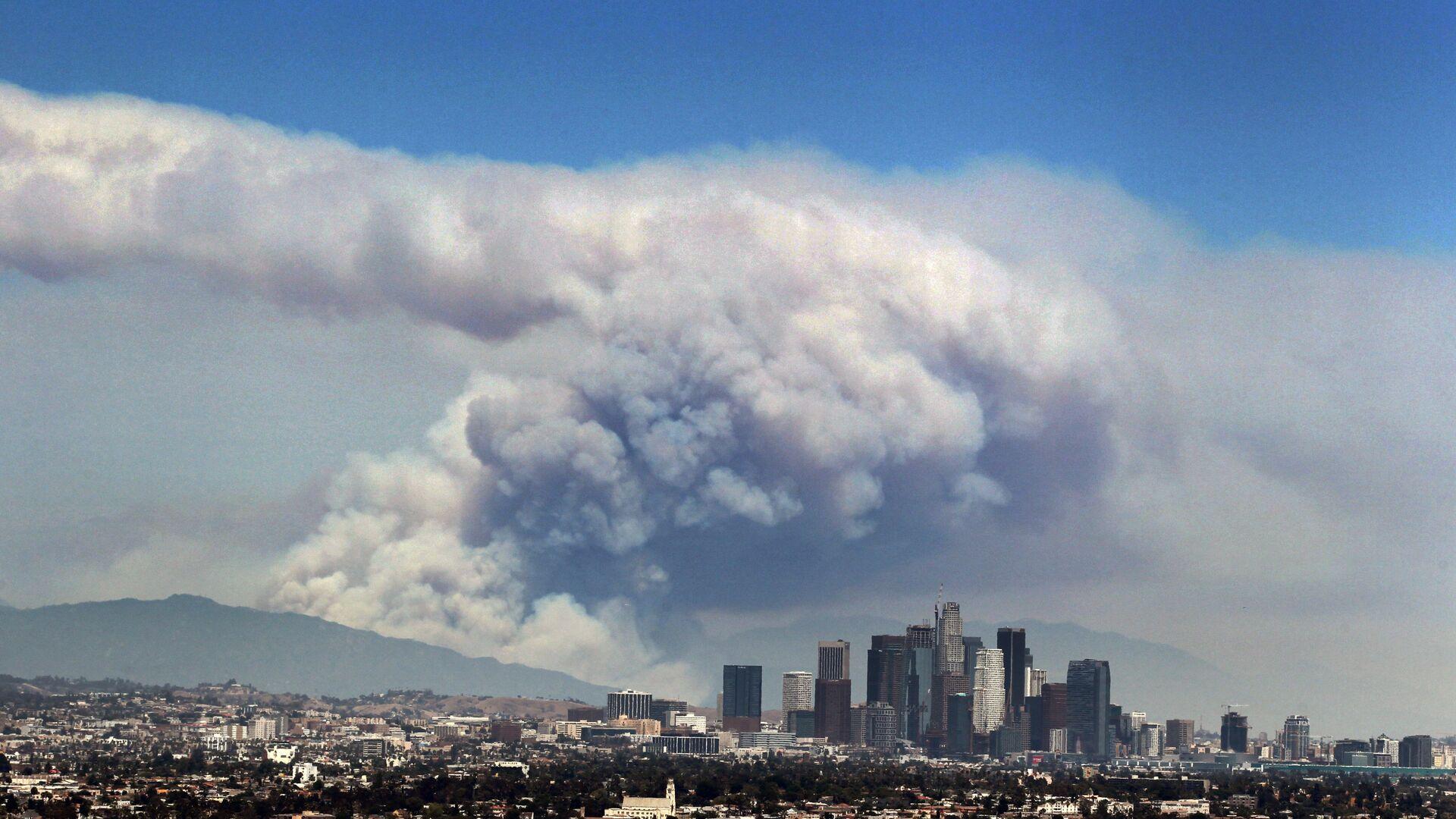 Дым от лесных пожаров, вызванных аномальной жарой, над Лос-Анджелесом, Калифорния, США - РИА Новости, 1920, 23.02.2021