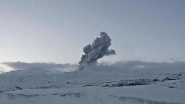 Выброс пепла на вулкане Эбеко