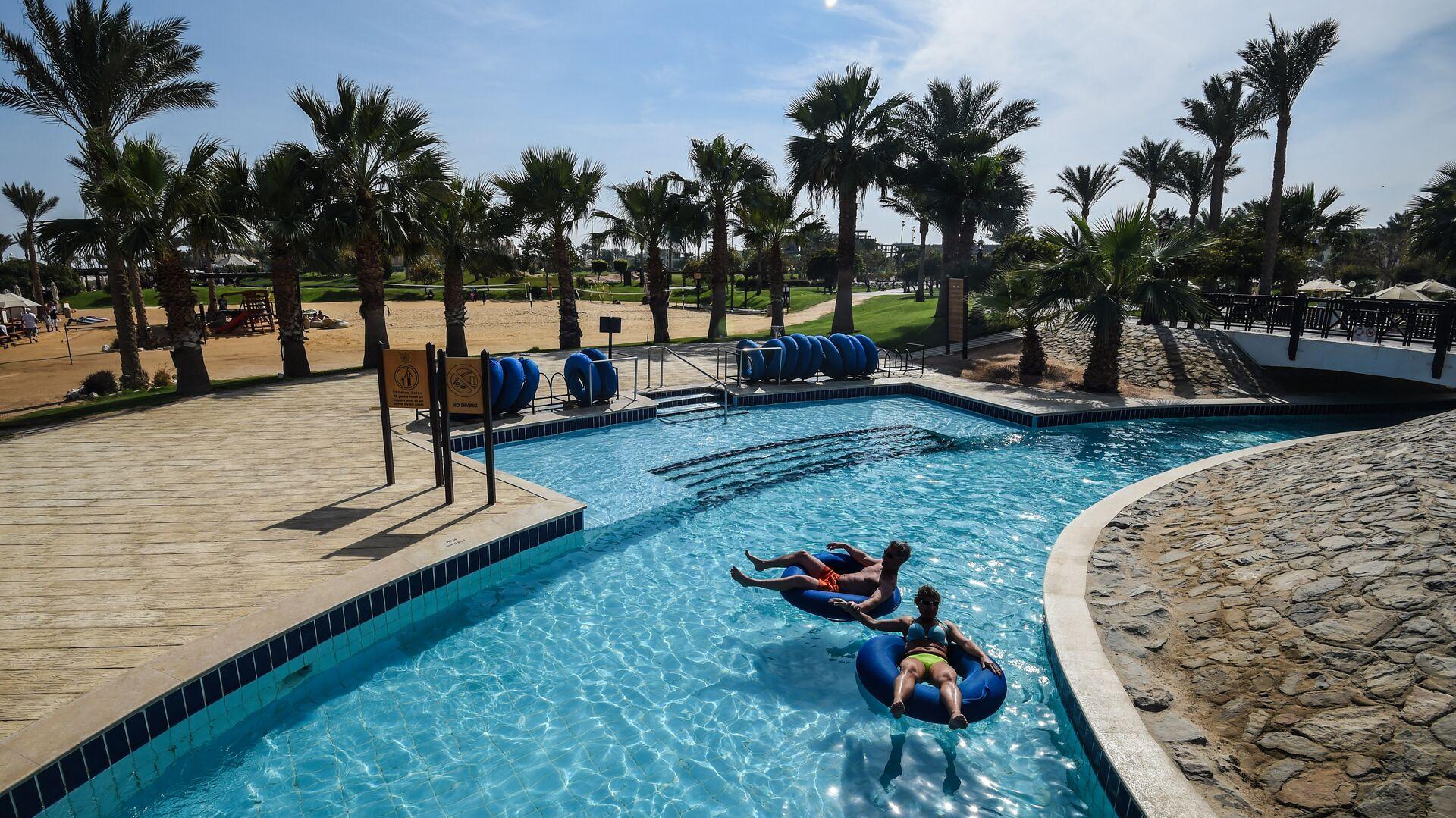 Туристы в бассейне в одном из отелей курорта Хургада в Египте. 19 февраля 2018 года - РИА Новости, 1920, 24.11.2020