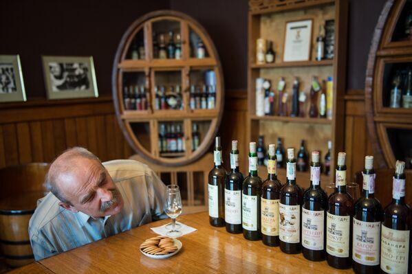 Работа сомелье в дегустационном комплексе винодельческого завода Массандра в Крыму.