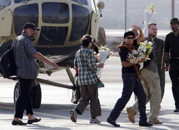 Туристы из Европы и восемь египтян, проведшие десять дней в заложниках у боевиков, на военном аэродроме Каира