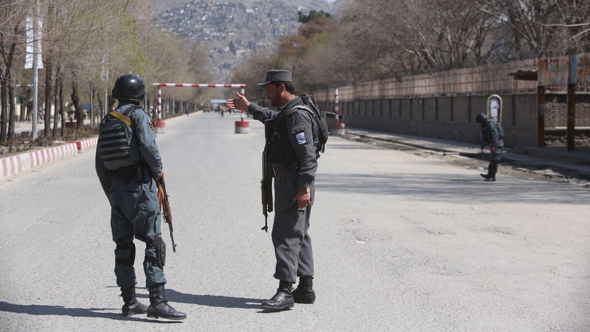 Полиция патрулирует улицы после теракта перед университетом в Кабуле. 21 марта 2018 - РИА Новости, 1920, 10.04.2021
