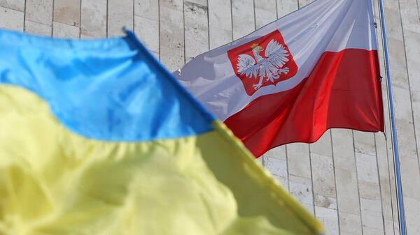 Государственные флаги Украины и Польши у посольства Польши в Киеве. 22 марта 2018