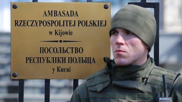 Сотрудник правоохранительных органов Украины во время акции у посольства Польши в Киеве. 22 марта 2018