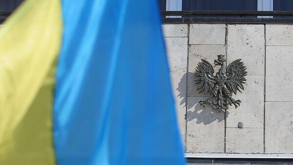 Государственный флаг Украины у посольства Польши в Киеве. 22 марта 2018