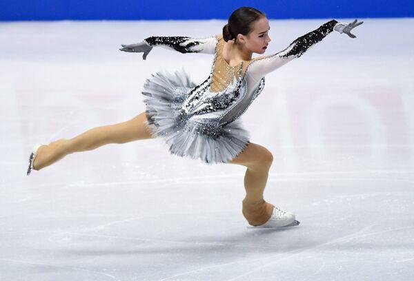 Алина Загитова (Россия) выступает в короткой программе женского одиночного катания на чемпионате мира по фигурному катанию в Милане