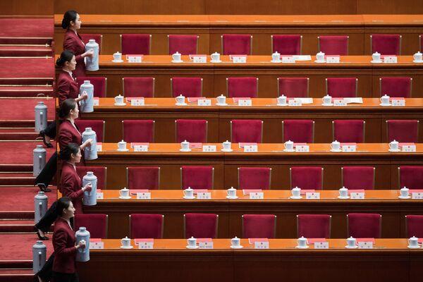 Хостесс подают чай на церемонии закрытия Собрания народных представителей в Пекине, Китай