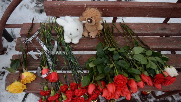 Цветы, свечи и мягкие игрушки возле здания торгового центра «Зимняя вишня» в Кемерово, где произошел пожар