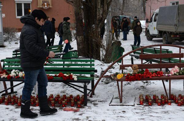 Люди несут цветы, свечи и мягкие игрушки к зданию торгового центра «Зимняя вишня» в Кемерово, где произошел пожар. 26 марта 2018