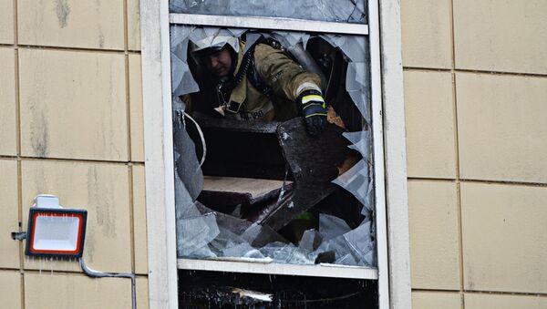 Сотрудник пожарной охраны МЧС во время тушения пожара в торговом центре Зимняя вишня в Кемерово