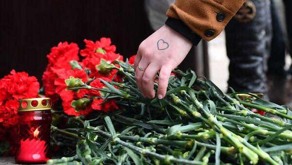 Цветы в память о погибших в ТЦ Зимняя вишня у здания представительства Кемеровской области в Москве. 26 марта 2018
