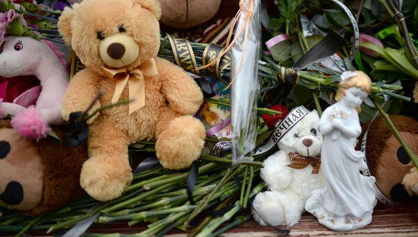 Цветы и мягкие игрушки возле здания торгового центра Зимняя вишня в Кемерово, где произошел пожар. 26 марта 2018