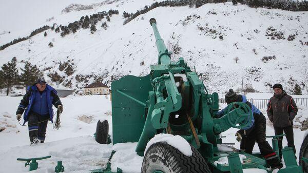 Сотрудники Эльбрусского противолавинного отряда осуществляют принудительный спуск лавин в районе поселка Терскола