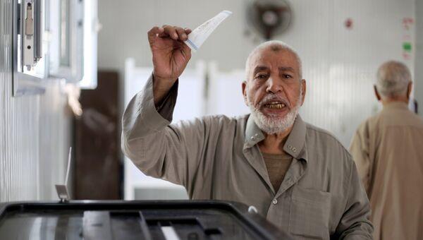 Мужчина голосует на избирательном участке в Каире во время выборов президента Египта