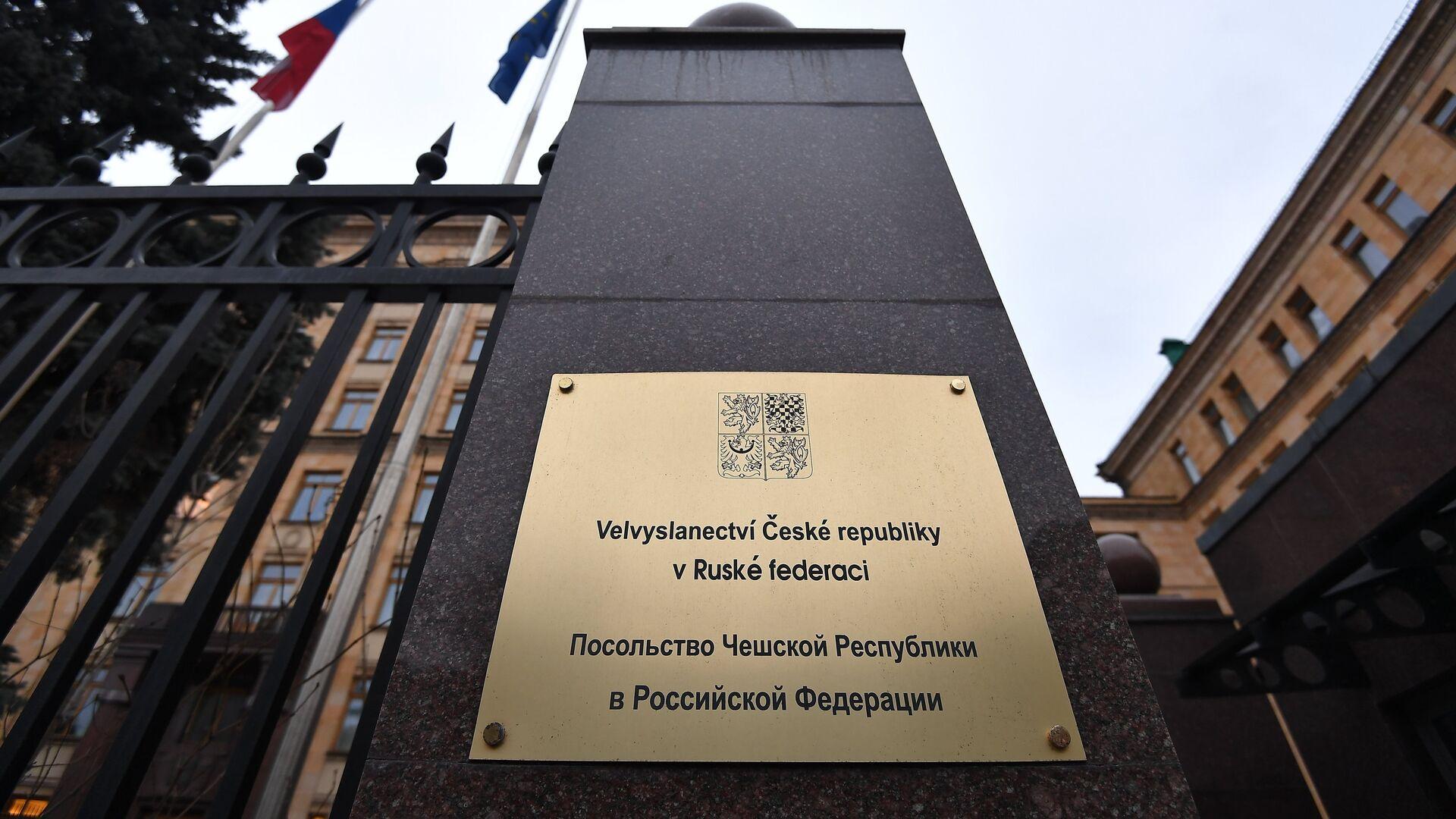 Вывеска у входа в здание посольства Чехии на улице Юлиуса Фучика в Москве - РИА Новости, 1920, 18.04.2021