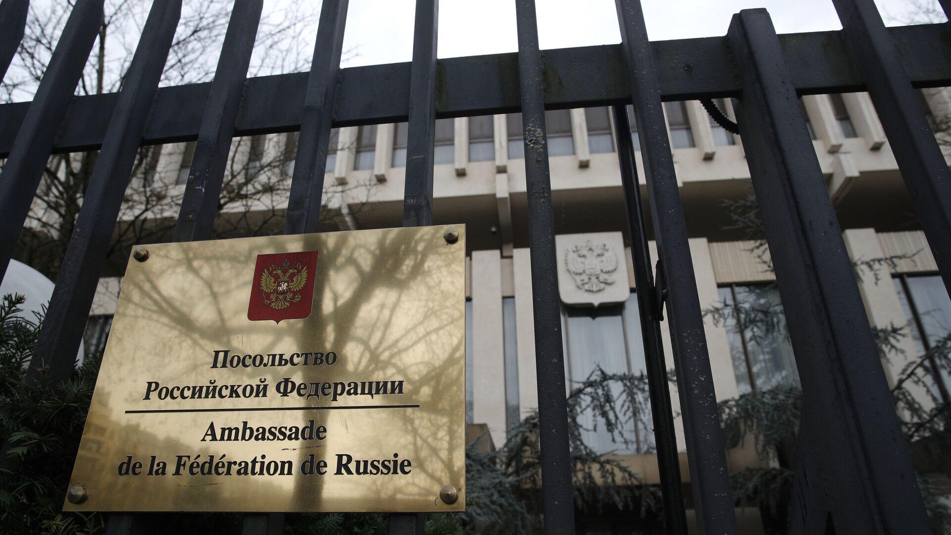 Вывеска на здании посольства РФ во Франции - РИА Новости, 1920, 26.07.2021