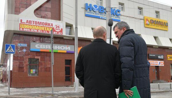 Президент РФ Владимир Путин и полномочный представитель президента РФ в Сибирском федеральном округе Сергей Меняйло у торгового центра Зимняя вишня в Кемерово, где случился пожар
