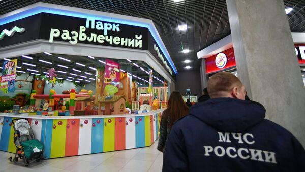 Сотрудник МЧС России во время проверки торгового центра