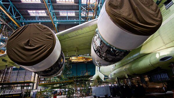 Двигатели ПС-90А2 под крылом военно-транспортного самолета Ил-76МД-90А