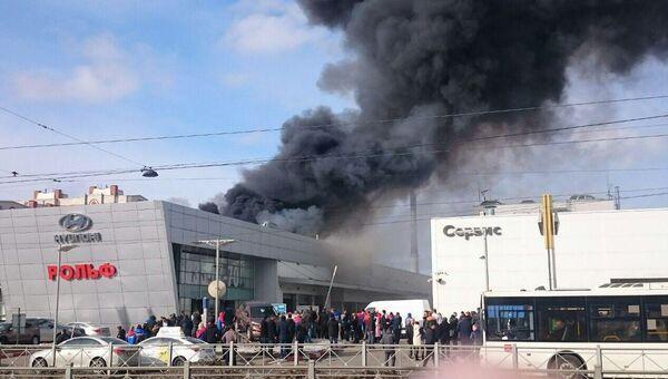 Пожар в здании автосалона на улице Савушкина в Санкт-Петербурге
