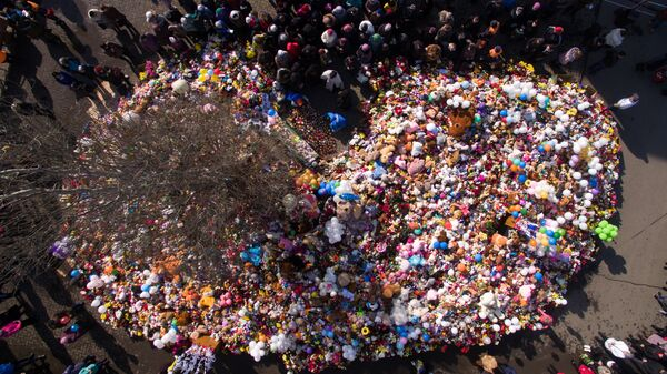 Цветы и воздушные шары в память о жертвах пожара в торгово-развлекательном центре Зимняя вишня в Кемерово. 29 марта 2018