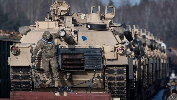 Американские танки Абрамс на железнодорожной станции в Литве