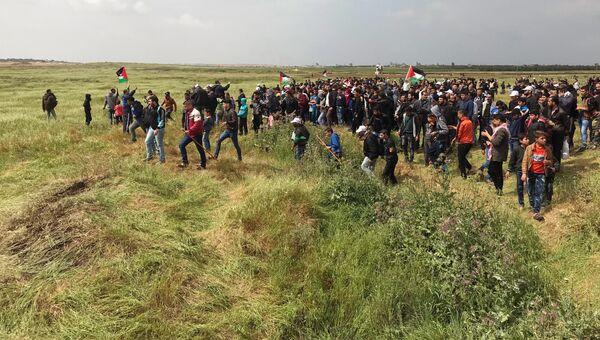 Участники акции протеста на границе сектора Газа с Израилем