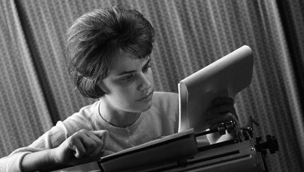 Студентка на занятиях по машинописи и стенографии. Архивное фото