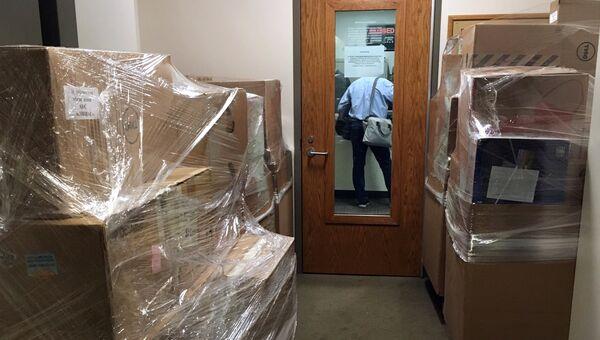 Коробки у входа в офис генерального консульства Российской Федерации в Сиэтле. 29 марта 2018