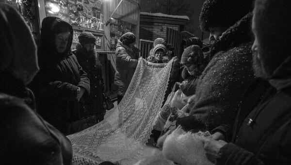 Женщины продают оренбургские платки на рынке в поселке Саракташ Оренбургской области