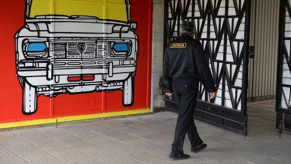 Охранник возле граффити. Архивное фото