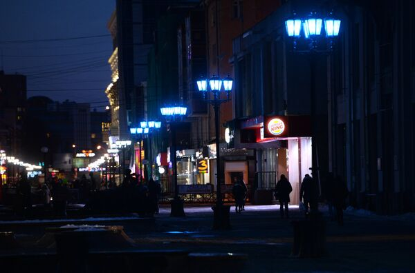 Фонари на пешеходной улице Вайнера в городе Екатеринбурге, горящие синим цветом в рамках международной акции Light It Up Blue (Зажги синим), которая приурочена к Всемирному дню распространения информации об аутизме