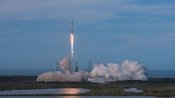 Старт ракеты-носителя Falcon 9 с космодрома на мысе Канаверал, штат Флорида