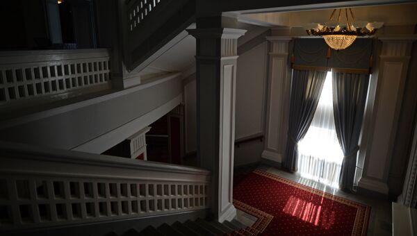 Лестница в Новосибирском оперном театре.