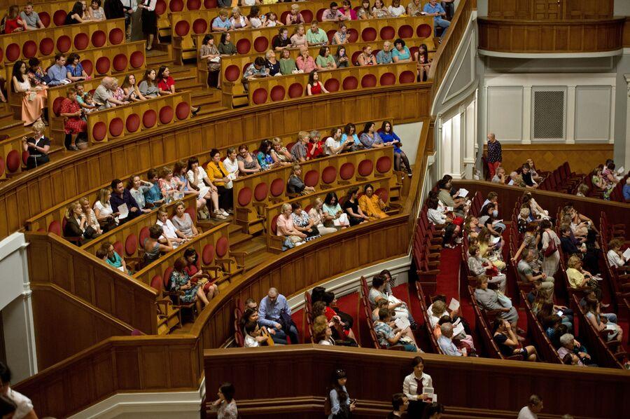 Большой зал театра после реконструкции вмещает 1774 зрителя
