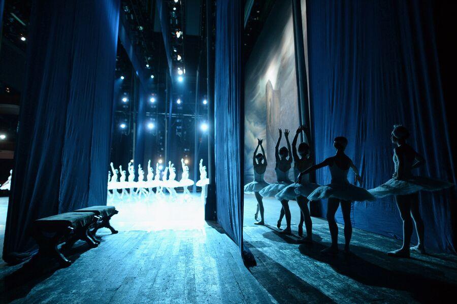Балерины ожидают выхода на сцену