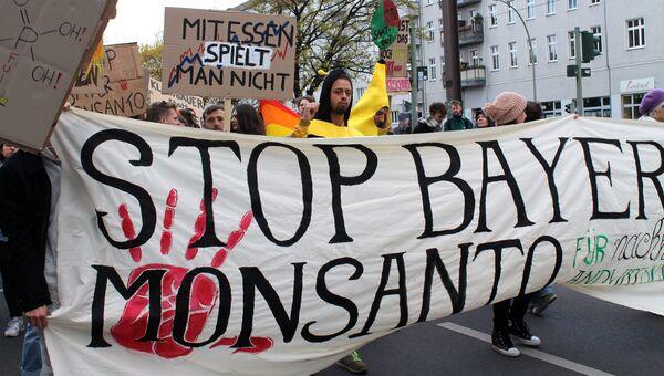 Участники акции в Берлине против американского концерна Monsanto
