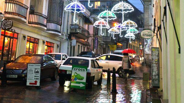 Праздничное световое оформление одной из улиц Ялты в вечернее время