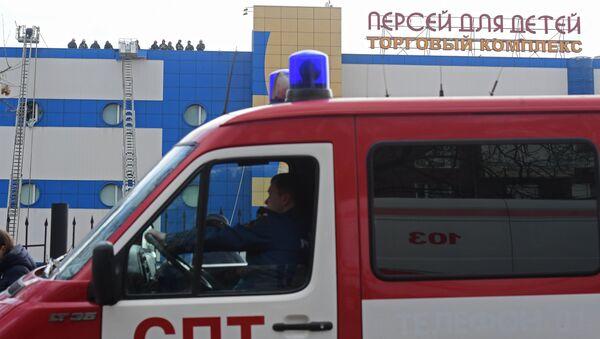 Сотрудники противопожарной службы МЧС РФ на тушении пожара в детском торговом центре Персей в Москве. 4 апреля 2018