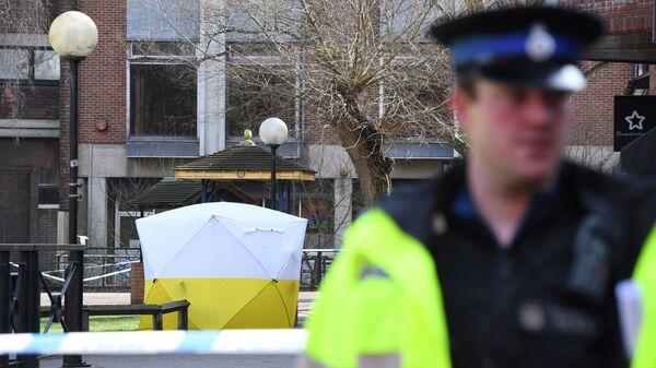 Полицейский в Солсбери рядом с местом, где был найден Сергей Скрипаль и его дочь. Архивное фото