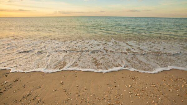 Вид на пляж перед заходом солнца в Таиланде. Архивное фото