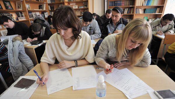 Мигранты во время экзаменационного тестирования в одном из ростовских центров государственного тестирования иностранных граждан. Архивное фото